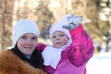 Mother and daughter at the hands of the winter in the park