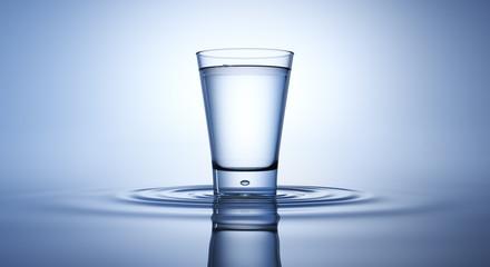 Wasserglas auf konzentrischen Wellen