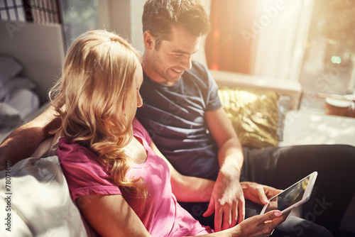 attractive couple using tablet together o nfuton h at home - 78071407