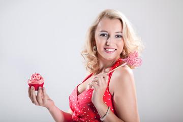 Junge hübsche Frau mit frischem Cupcake