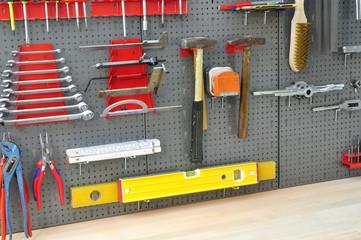 Lochwand mit Werkzeug