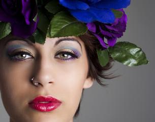 Mujer atractiva con diadema de flores