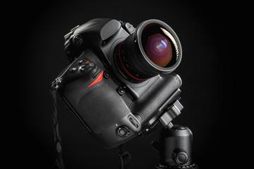 Macchina fotografica professionale isolata su sfondo nero
