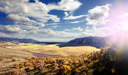 Puesta del sol paisaje. Los campos y sol. Cielo azul y nubes