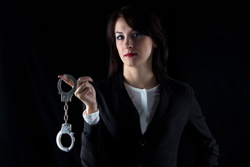 Photo serious woman with pair of handcuffs