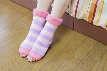 指貫靴下を履く女性