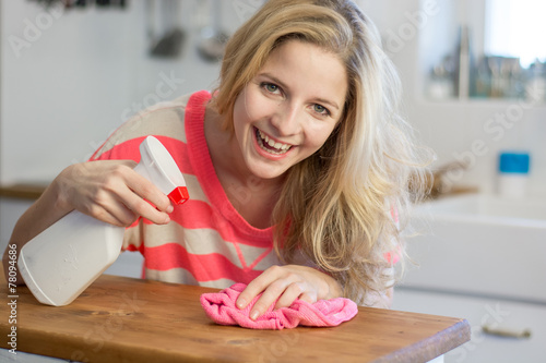 canvas print picture Concentrated woman cleaning the bar in kitchen