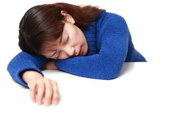 睡魔に襲われる女性