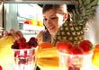 Mädchen holt sich Obst aus dem Kühlschrank
