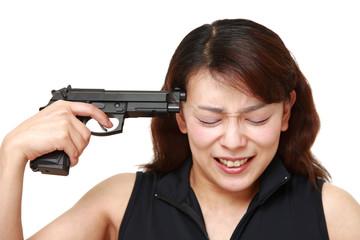 拳銃自殺を企てる女性