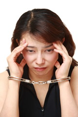身柄を拘束された女性