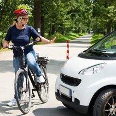 wütende radfahrerin stopt ein auto