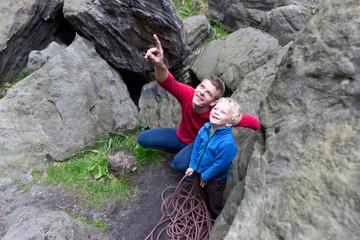 Vater und Sohn klettern