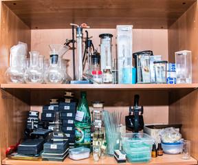полка в кабинете химии