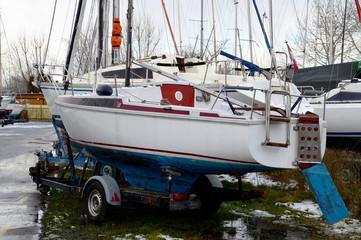 Segelboote auf Bootsanhängern im Winter
