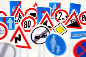 Schilderwald aus Verkehrszeichen