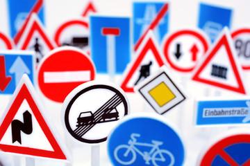 Viele Verkehrsschilder und Verkehrszeichen
