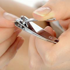 Nagelknipser schneidet Fingernägel
