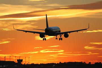 Flugzeug beim Landen auf Flughafen im Sonnenuntergang während R