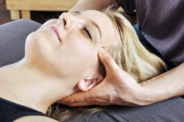 Osteopathie an Kopf, Nacken, und Wirbelsäule