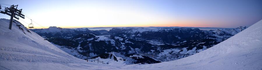 Panoramique des pistes de La Clusaz au coucher du soleil