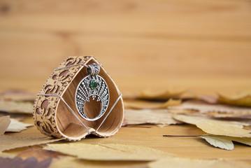 Серебряный кулон с зеленым камнем