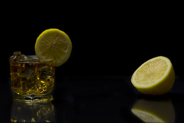 Бокал и лимон