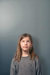 Ernstes kleines Mädchen schaut nach oben