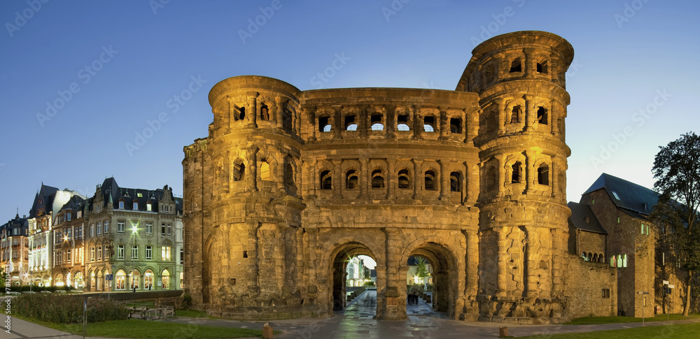 foto auf leinwand porta nigra trier beleuchtet panorama. Black Bedroom Furniture Sets. Home Design Ideas