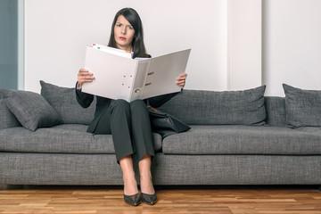 Geschäftsfrau liest ihre Unterlagen