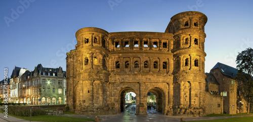 Leinwanddruck Bild Porta Nigra Trier beleuchtet Panorama