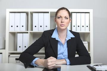 Wütende Frau mit Tablet Smartphone
