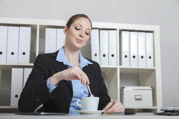 Frau macht Kaffeepause im Büro