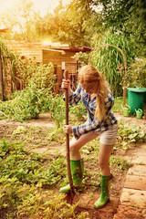 Frau mit Schaufel im Garten