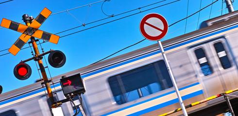 踏み切りと通過電車