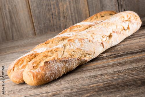 Foto op Canvas Brood Baguette auf Holzhintergrund