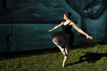 Ballerine danse en plein air.