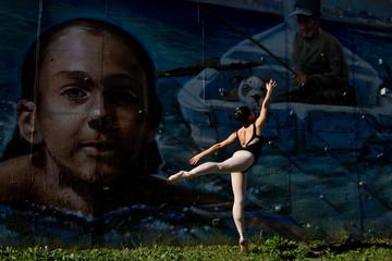 Elegante ballerine s'élançant vers un graffiti.