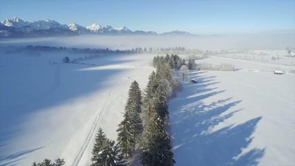 Flug über Winterlandschaft mit Alpenpanorama