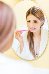 歯を磨くセクシーな女性