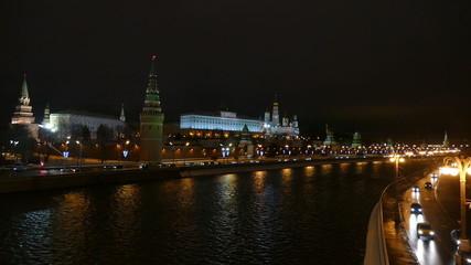 Московский Кремль вечером зимой и улица