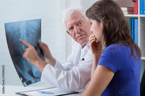 Doctor watching x-ray photo - 78148623