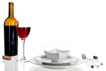 Rotwein und Geschirr