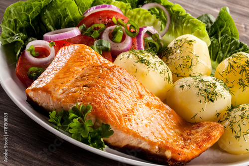 canvas print picture Grilled salmon and vegetables