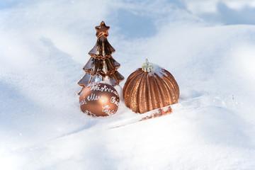 Weihnachtsdekoration bronze im Schnee