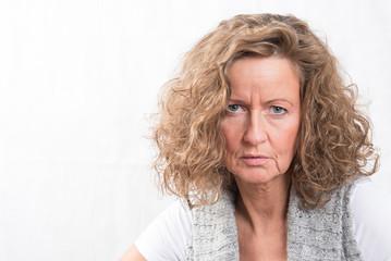 Porträt starke Frau mit kritischem Blick