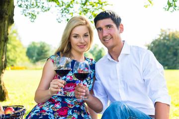 Verliebtes Paar bei Picknick mit Rotwein