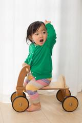 四輪車に乗る子供