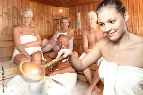 Aufguss in der Sauna - 78161891
