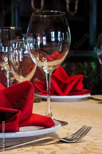 Papiers peints Table preparee Wine glass, plate and fork. Served table